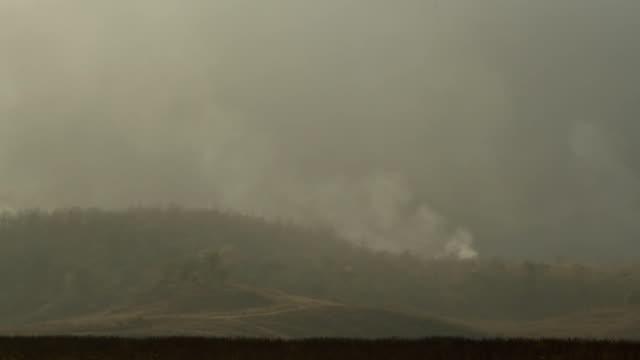 лесные пожары дым - линия экватора стоковые видео и кадры b-roll