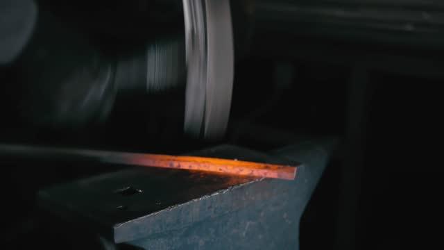 laboratorio di fucina. produzione manuale smithy. mani di fabbro con martello colpito su metallo caldo incandescente, sull'incudine, il processo di forgiatura. - fabbro ferraio video stock e b–roll