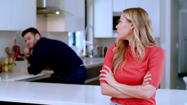 vidéos et rushes de oublie ça, il peut cuisiner son propre dîner ce soir - cuisine non professionnelle