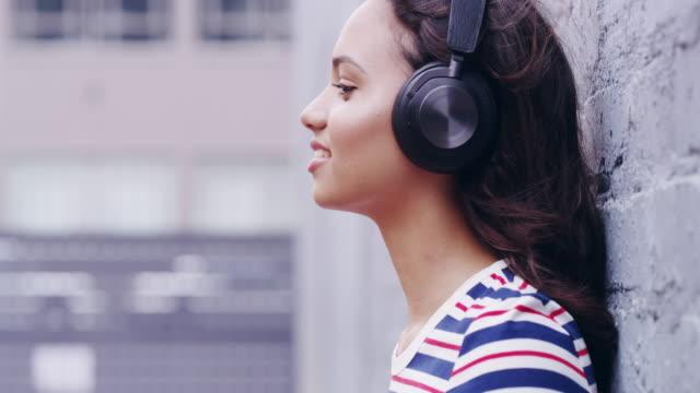 glöm världen och lyssna på några må bra musik - latino music bildbanksvideor och videomaterial från bakom kulisserna