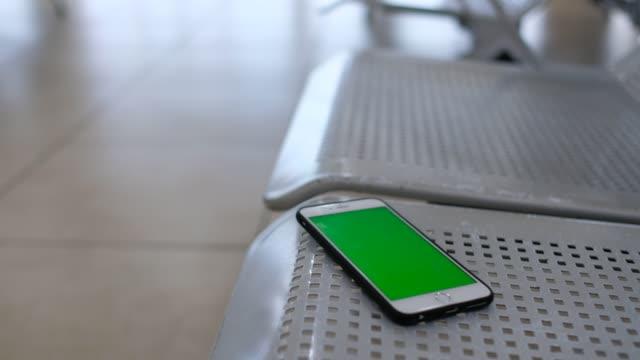 スマート フォンや公園のベンチで携帯電話を忘れてしまった - 打ち捨てられた点の映像素材/bロール