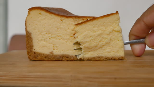 fork cutting cheese cake - sernik filmów i materiałów b-roll