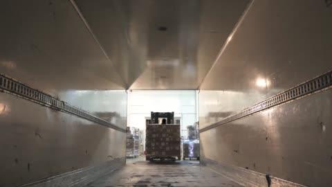 vídeos de stock e filmes b-roll de forklift load boxes from dock into a truck, logistics and cargo transportation - transporte assunto