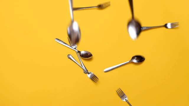 vidéos et rushes de fourchettes et cuillers tomber vers le bas - fourchette