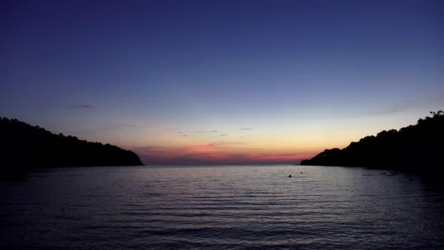 formato hd: bellissimo tramonto sulla spiaggia, straordinari colori, fascio di luce brillante attraverso il panorama di nuvole sopra il golfo persico paesaggio marino, tailandia. phuket mare e sulla spiaggia. - arcipelago video stock e b–roll