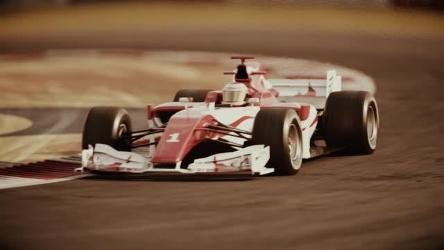 헤어핀 곡선을 통해 운전 하는 포뮬러 원 경주 용 자동차 - 복고풍 스타일 - formula 1 스톡 비디오 및 b-롤 화면