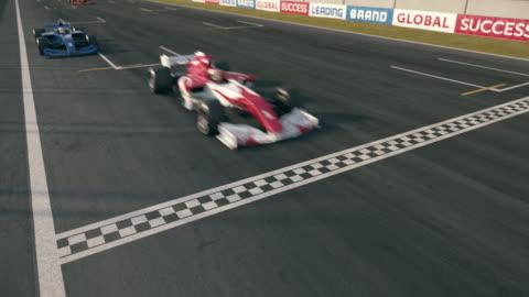 vídeos y material grabado en eventos de stock de fórmula uno coches de carreras cruzando línea de acabado-cámara estática - un solo objeto