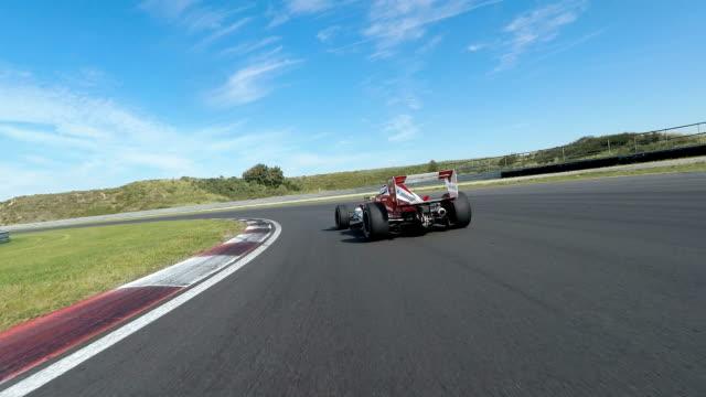 포뮬러 1 경주용 자동차는 경마장에 운전 - 레이싱 스톡 비디오 및 b-롤 화면
