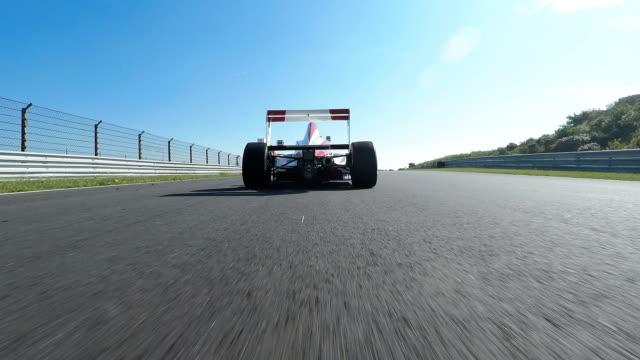 bir koşu parkurundakilerden araba formül bir yarış araba - pist stok videoları ve detay görüntü çekimi
