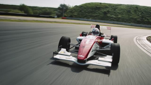 競馬場に運転 formular 1 レーシングカー - 戦い点の映像素材/bロール