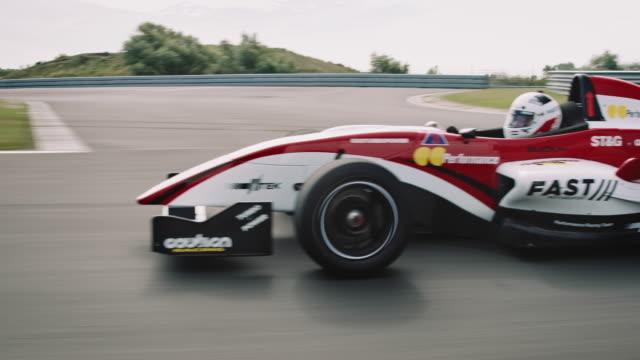 형식 한 경주용 자동차는 경마장에 운전 - 레이싱 스톡 비디오 및 b-롤 화면