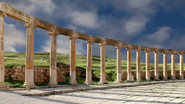 vídeos de stock, filmes e b-roll de fórum (plaza oval) em gerasa (jerash), jordan. fórum é uma praça assimétrica no início da rua colonnaded, que foi construído no primeiro século d.c. - característica arquitetônica