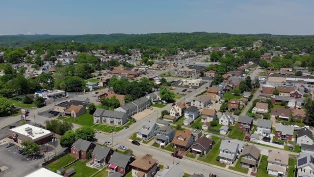 vídeos de stock, filmes e b-roll de vista aérea da cidade de pennsylvaniano pequeno de encaminhar - sol nascente horizonte drone cidade