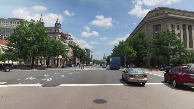 vídeos de stock, filmes e b-roll de encaminhar a perspectiva de condução na avenida pensilvânia em washington dc - centro da cidade