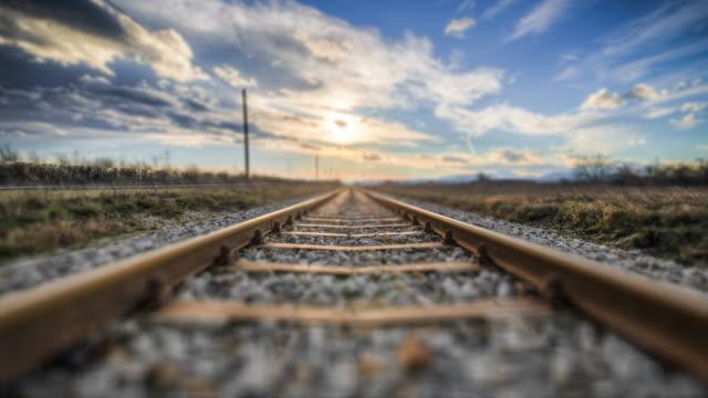 4k inoltrare la rotaia del treno ad angolo basso in movimento - passo montano video stock e b–roll