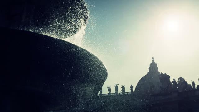 fountain at saint peter's square in vatican, rome - vatikan şehir devleti stok videoları ve detay görüntü çekimi