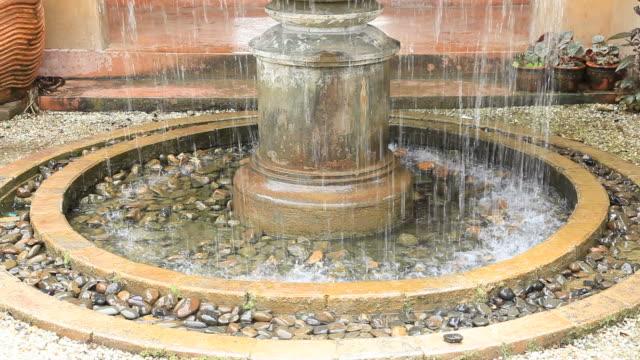 Fuente en el jardín estilo italiano para el bienestar de fondo - vídeo