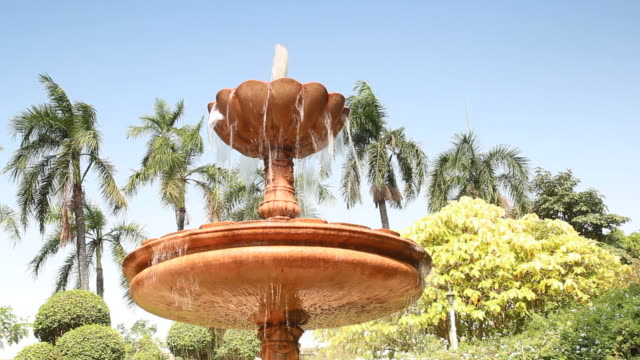 fontana nel giardino - giardino pubblico giardino video stock e b–roll