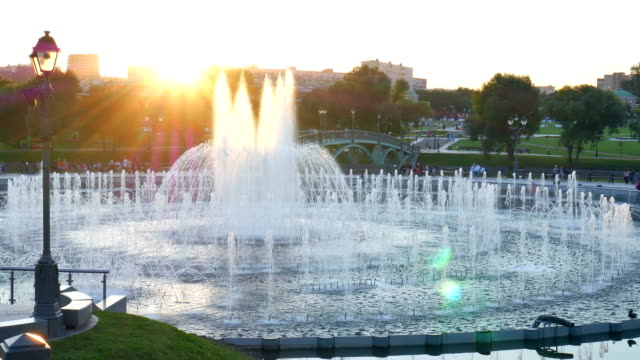 fountain in the public park. - fontana struttura costruita dall'uomo video stock e b–roll