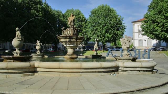 vídeos de stock e filmes b-roll de fountain in town hall square - funchal madeira