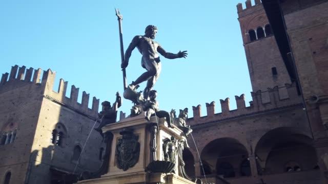 fountain of neptune, bologna, italy. - mitologia video stock e b–roll