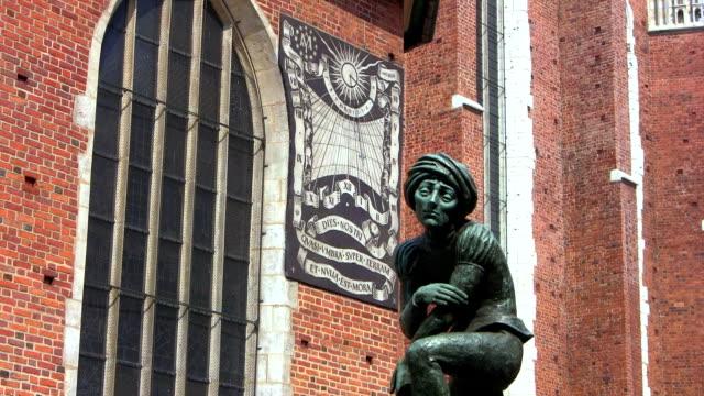 brunnen der student krakow, polen - polnische kultur stock-videos und b-roll-filmmaterial