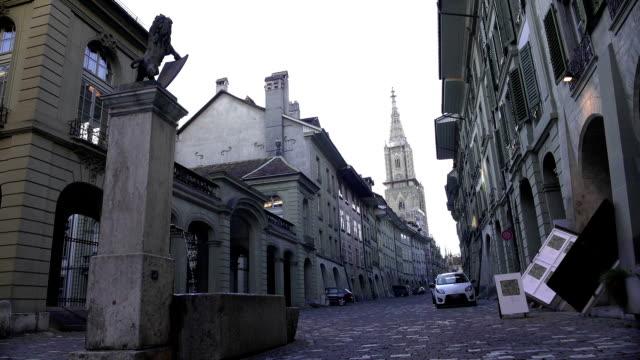 Brunnen in kleinen europäischen Straße, Blick auf gotische Kirche, ruhige Nachbarschaft – Video