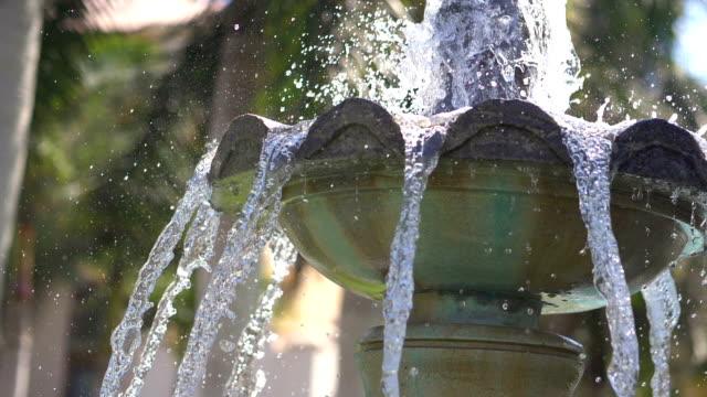 fontän vatten går upp och ner i en park i slow motion 180fps - värmepump bildbanksvideor och videomaterial från bakom kulisserna