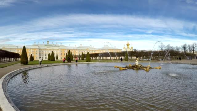 fontane dei migliori parco e cupola del palazzo peterhof petrodvorets nel parco, peterhof, russia - san pietroburgo russia video stock e b–roll