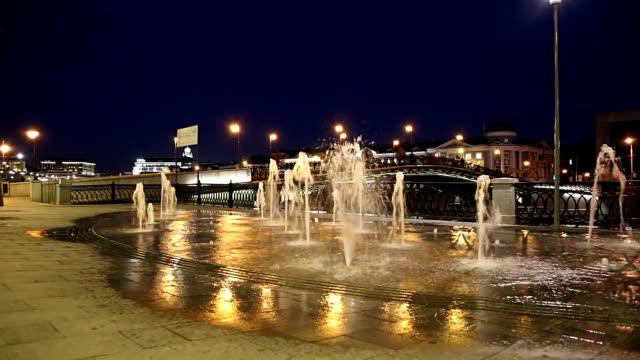 fountains on the bolotnaya embankment (at night), moscow city historic center, popular landmark. russia - rzeka moskwa filmów i materiałów b-roll