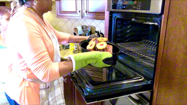 vídeos de stock e filmes b-roll de four african-american women in kitchen cooking ham - presunto