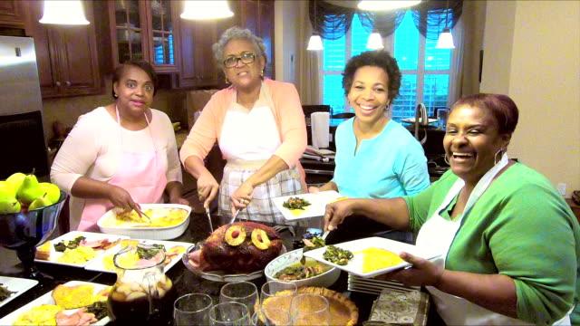 four african-american women serving their holiday meal - nadziewany placek filmów i materiałów b-roll