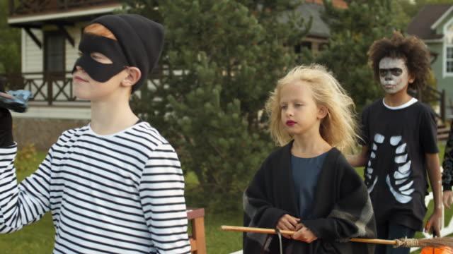 four children on halloween party - four seasons filmów i materiałów b-roll
