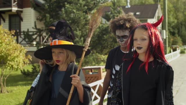 czwórka dzieci trick lub leczenia - four seasons filmów i materiałów b-roll