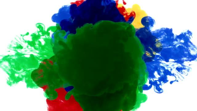 fyra färg droppar blanda i mitten - blue yellow bildbanksvideor och videomaterial från bakom kulisserna