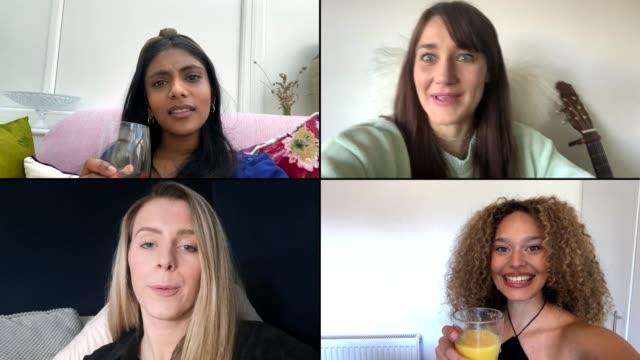 vier freundinnen jubeln über video-chat - einen toast ausbringen stock-videos und b-roll-filmmaterial