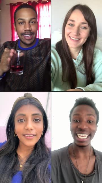 vidéos et rushes de quatre amis riant et plaisantant au-dessus du chat vidéo, vertical - photophone