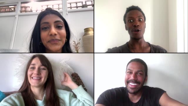 stockvideo's en b-roll-footage met vier vrienden die op video praatje gebruikend mobiele telefoons lachen - vier personen