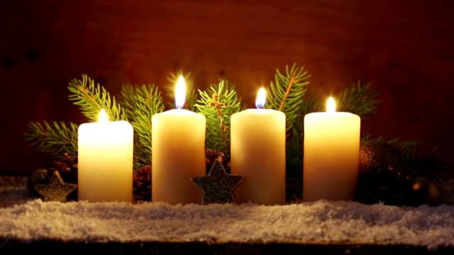 Vier weiße Kerzen Advent mit Weihnachtsdekoration – Video