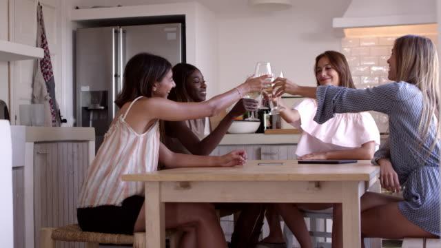 4 人の女性ワインを飲む台所のテーブルで、女の子の夜 r3d で撮影 - 対面点の映像素材/bロール