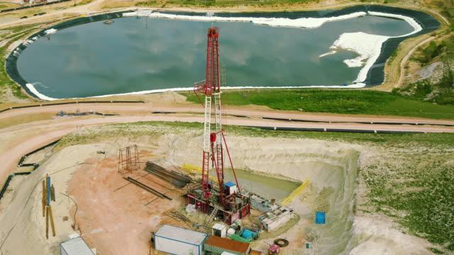stockvideo's en b-roll-footage met fracking boor rig-bovenaanzicht - geologie