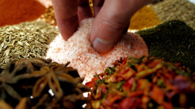 Perfumado, aromático, natural e bom para a saúde, especiarias mentira sobre a mesa. Macro - vídeo