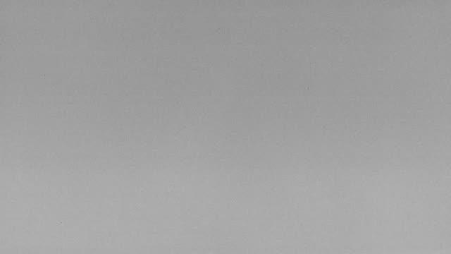 frame effekter vitt brus skadad tv på grå bakgrund 4k stor kornfiber - spannmålsväxt bildbanksvideor och videomaterial från bakom kulisserna