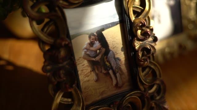 inramad bild av en familj par i bröllopsfest - fotoram bildbanksvideor och videomaterial från bakom kulisserna