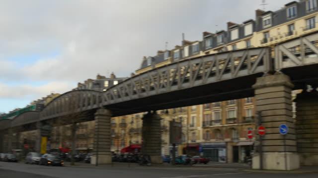 vídeos de stock, filmes e b-roll de dia de frança metro rua da dupleix do tráfego da cidade da paris linha panorama 4k - moda parisiense