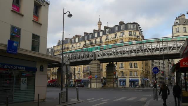vídeos y material grabado en eventos de stock de francia día hora parís tráfico calle dupleix estación de metro línea panorama 4k - moda parisina