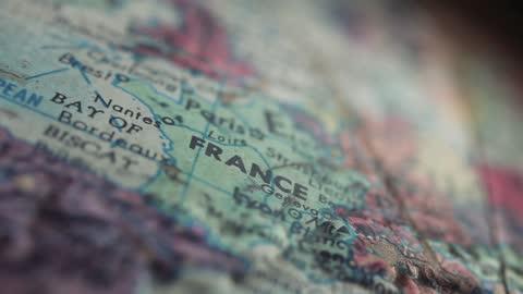 vídeos y material grabado en eventos de stock de mapa de francia en un mapa del globo de la tierra vieja. - europa continente