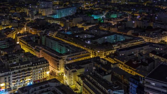 francia illuminazione notte parigi living block tetto tetto panorama 4k time lapse - monumento video stock e b–roll