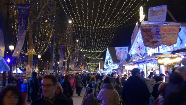 Francia noche luz Avenida de los campos de Elíseos atestado panorama de mercado 4k - vídeo