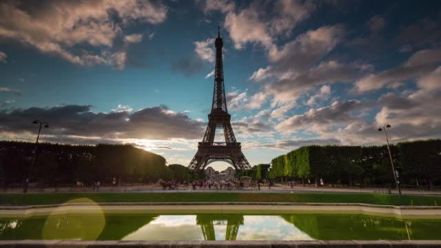 france paris champ de mars eiffel tower pond sunset panorama 4k time lapse - torre eiffel video stock e b–roll